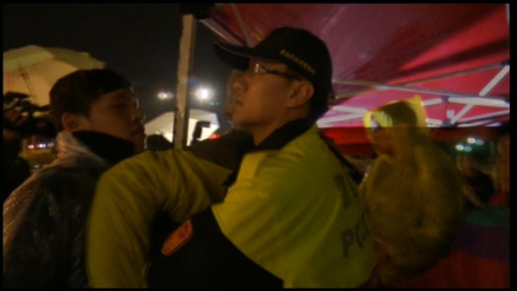 台灣時代力量續抗議一度與警方衝突