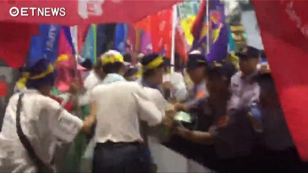台灣世大運會場入口遭反年改團體堵塞
