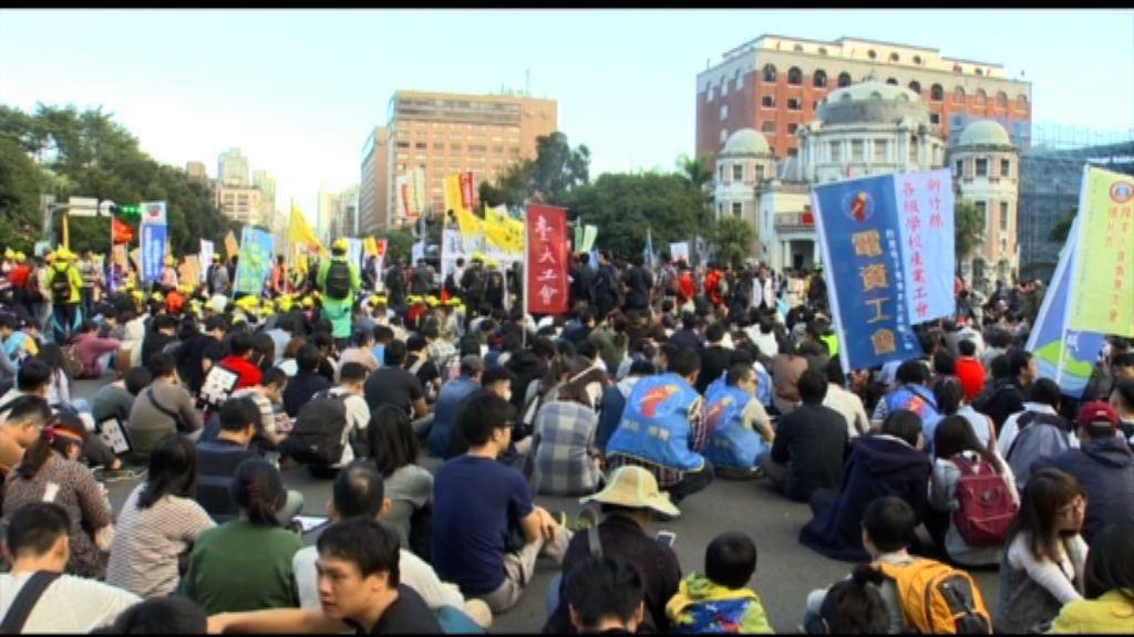 台北逾萬人遊行反修改《勞動基準法》