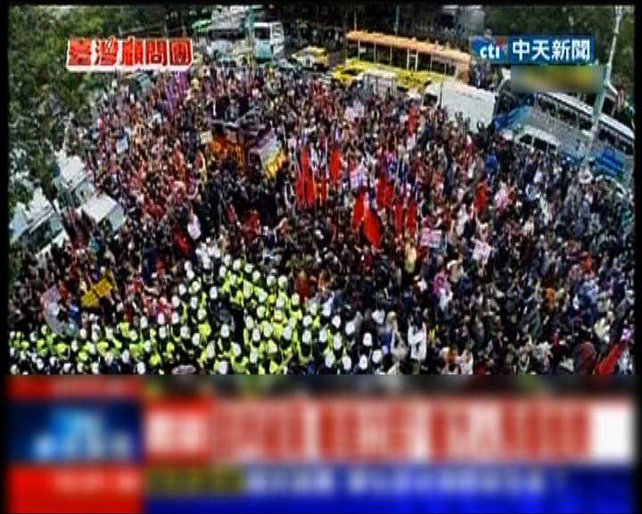 支持服貿示威者跟防暴警察推撞