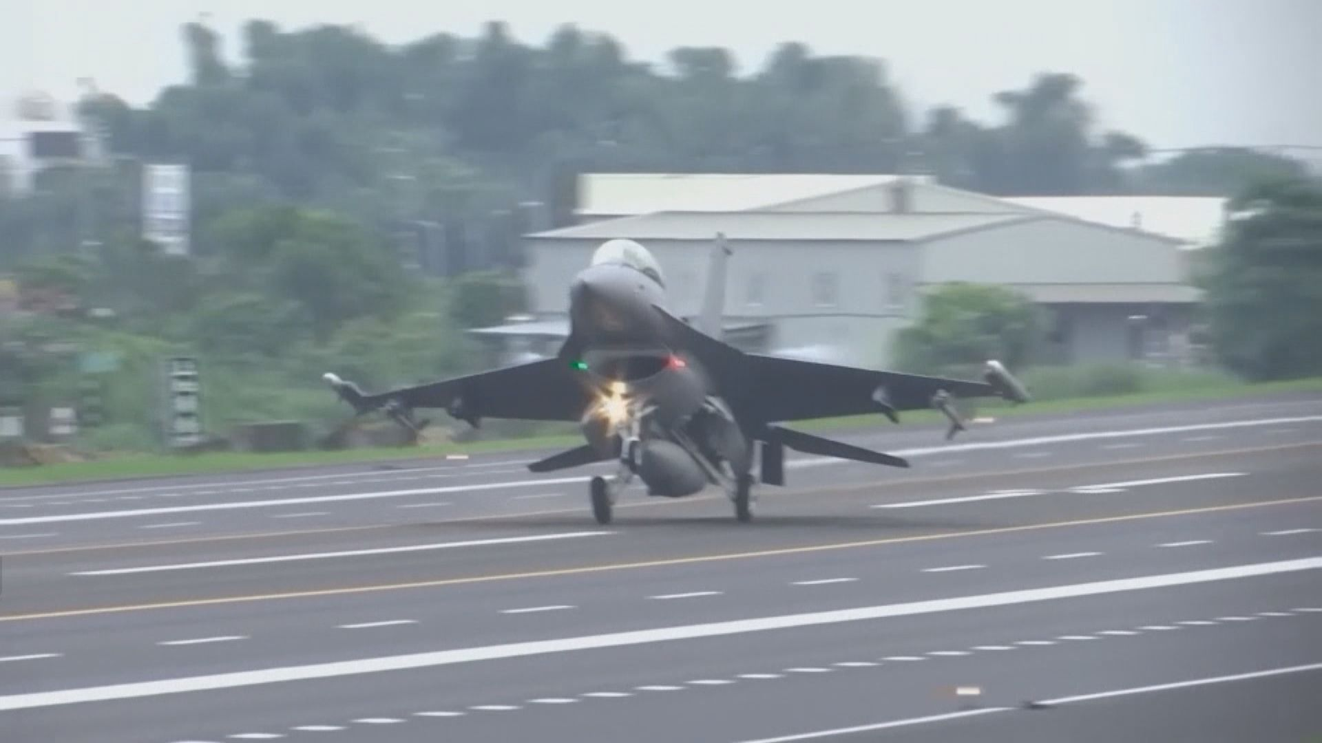 台灣指多部解放軍軍機一度越過台海中線