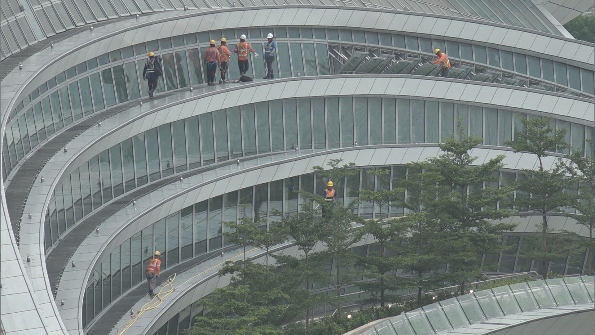 港鐵指西九站玻璃天幕爆裂機會低