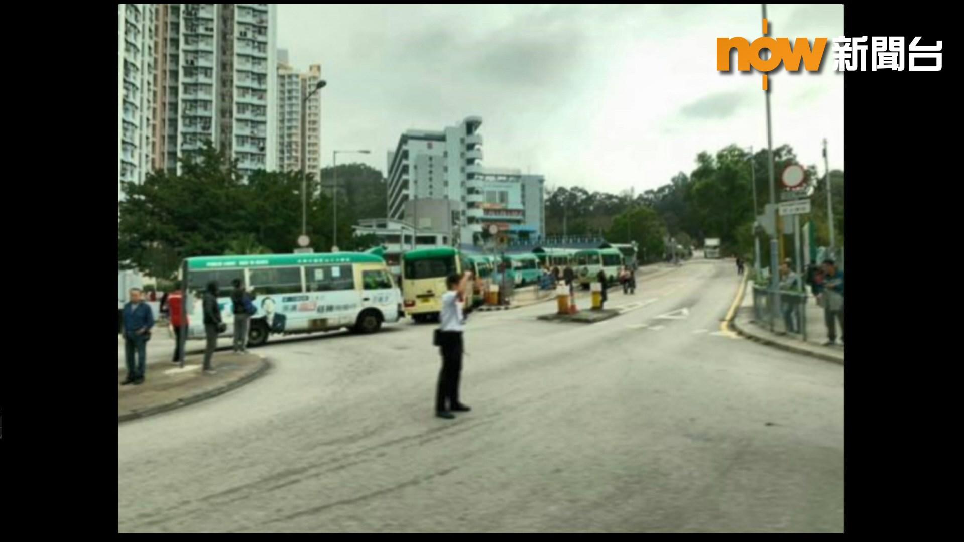青衣小巴司機疑不滿被抄牌集體罷駛阻巴士站