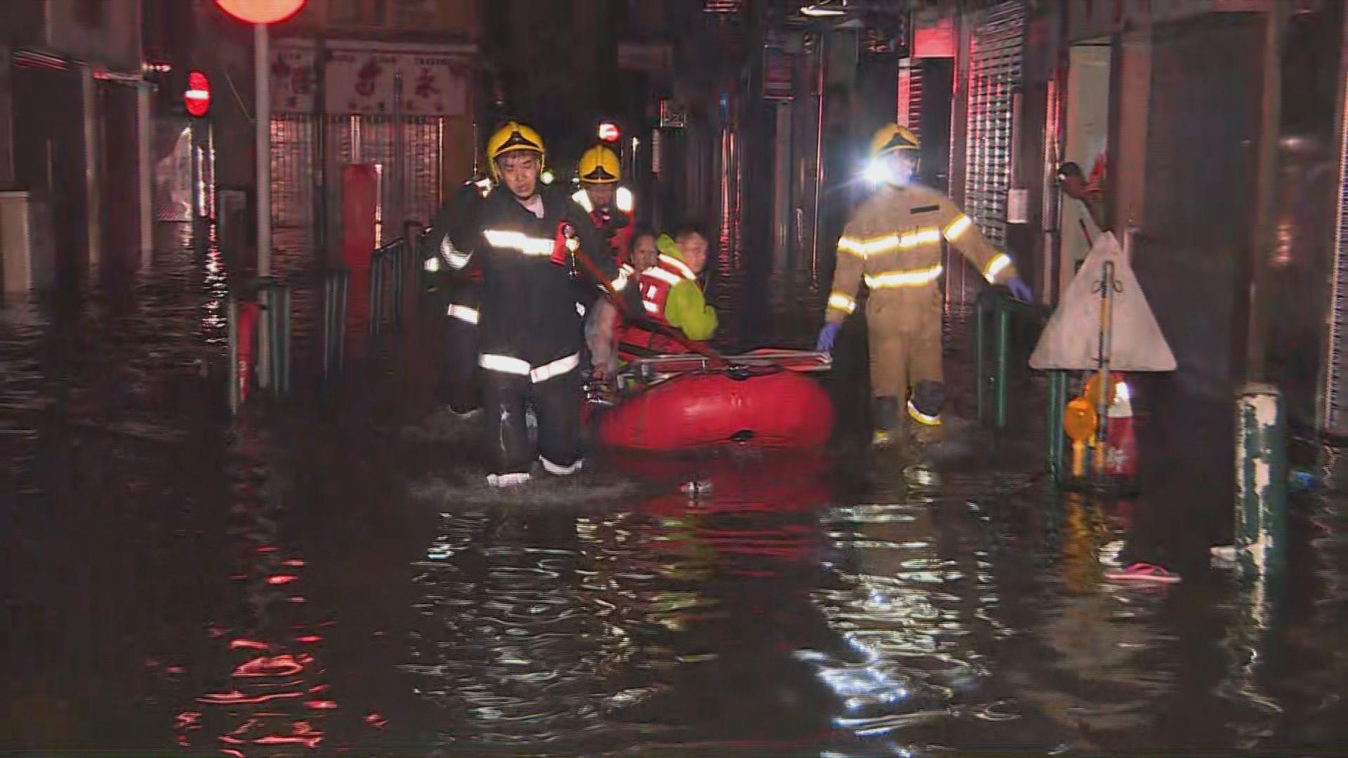 澳門部分地區水深及肩 消防出動橡皮艇