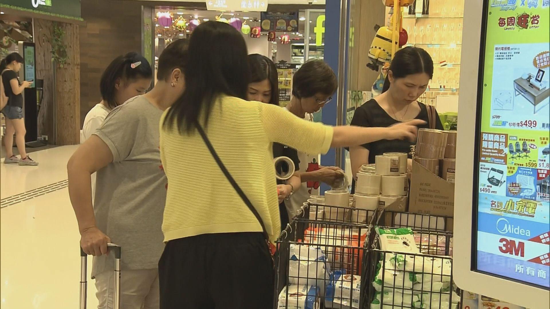 不少市民買膠紙貼玻璃 但市面沒加價或斷貨