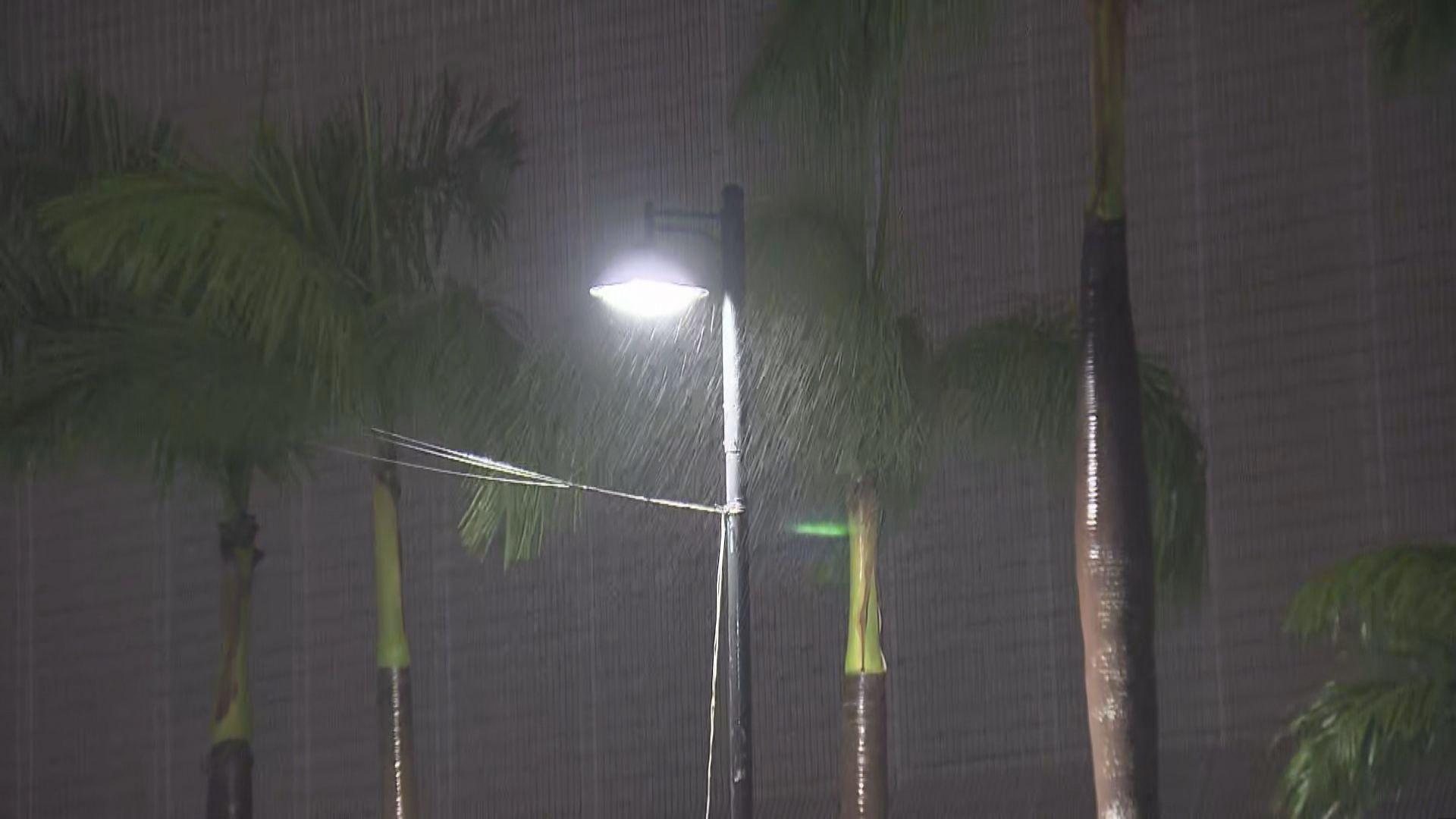 黃雨維持了整個凌晨時份 多區錄每小時逾10毫米雨量