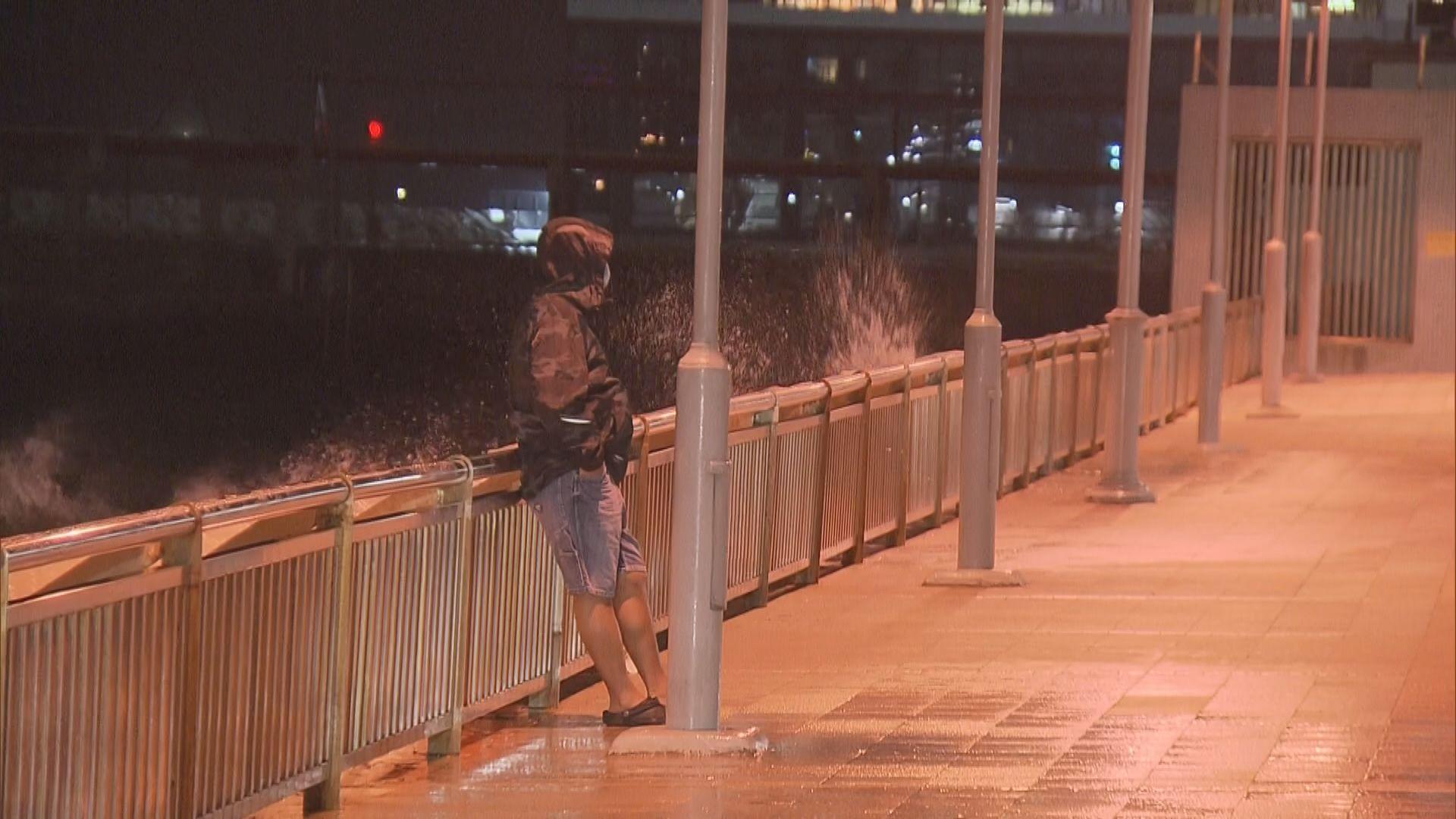 八號熱帶氣旋警告生效 入夜後風勢逐漸加強
