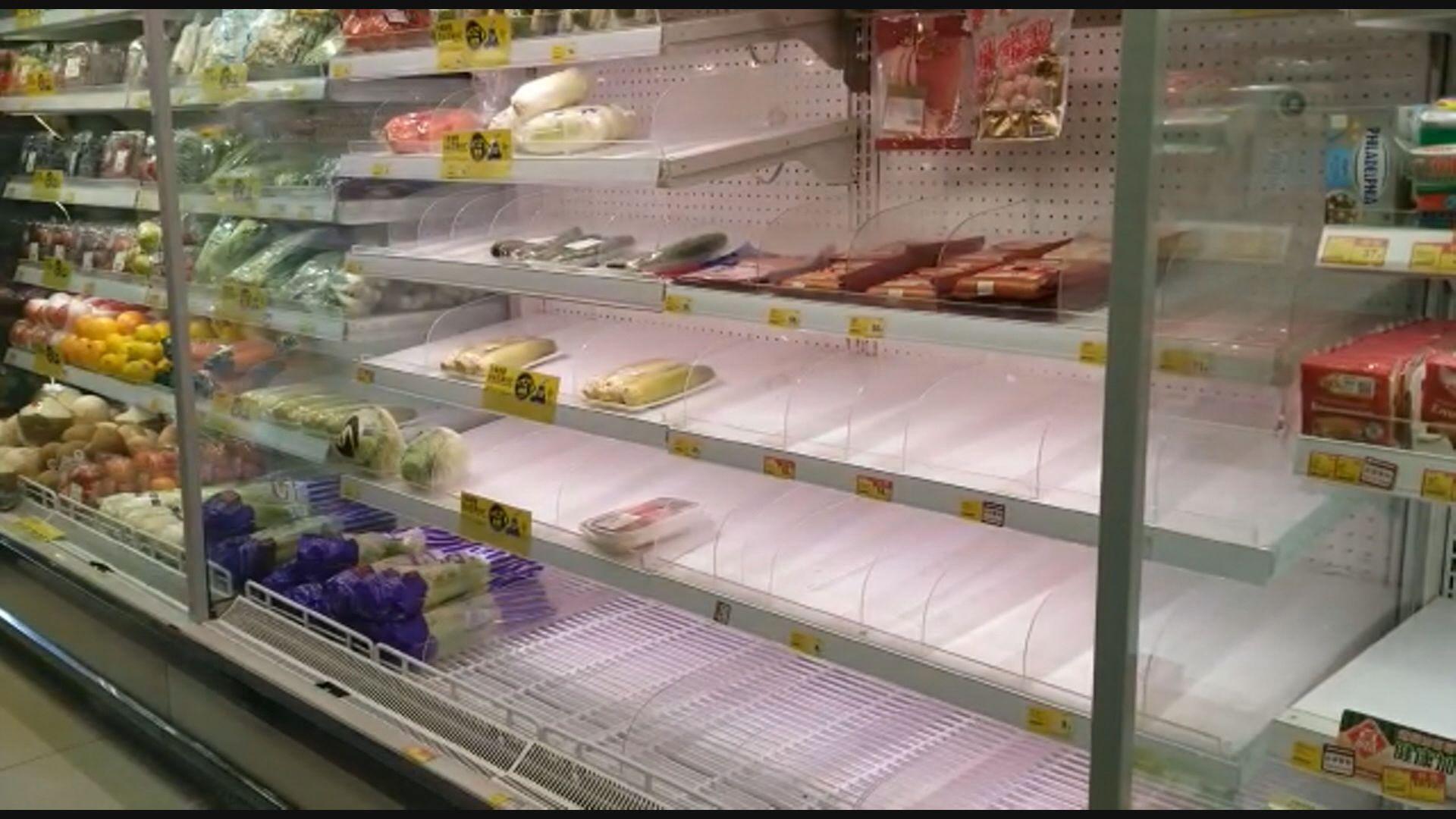 市民打風儲糧 超市部分貨架幾近清空