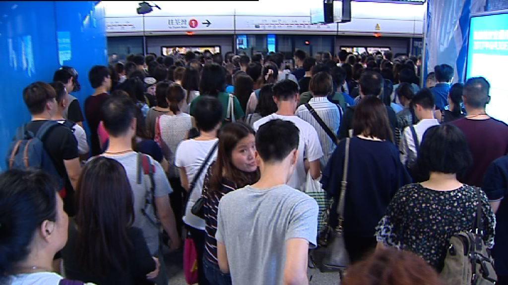 颱風襲港 不少市民提早下班