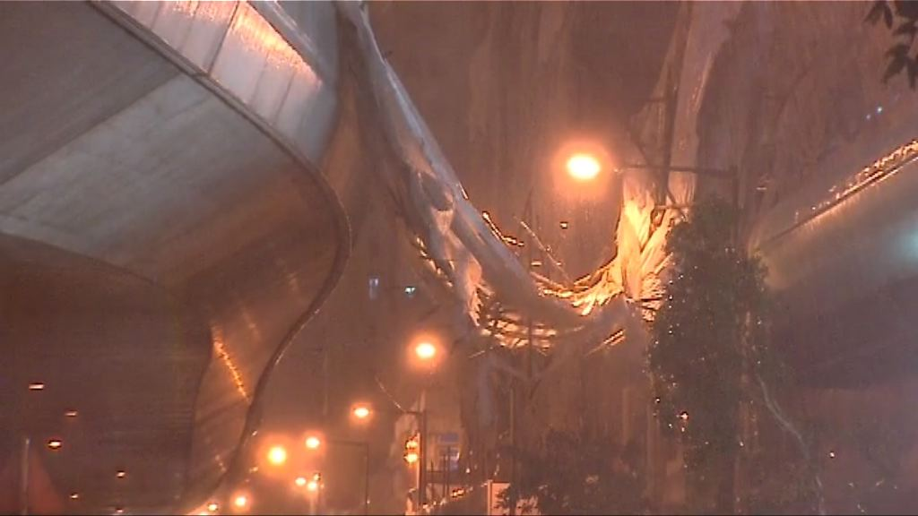 強風下西環有巨型棚架倒塌
