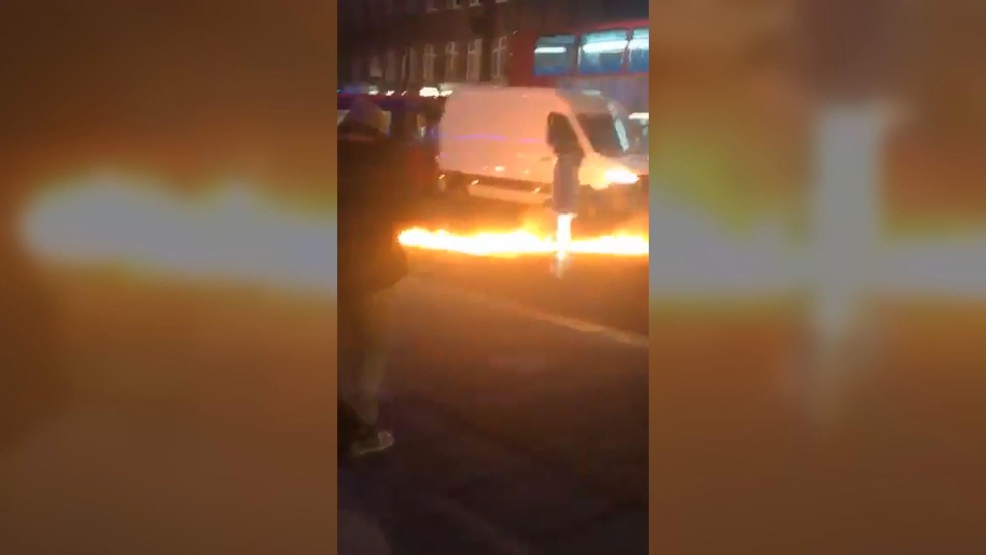 英國倫敦有人駕車撞向警局後再縱火