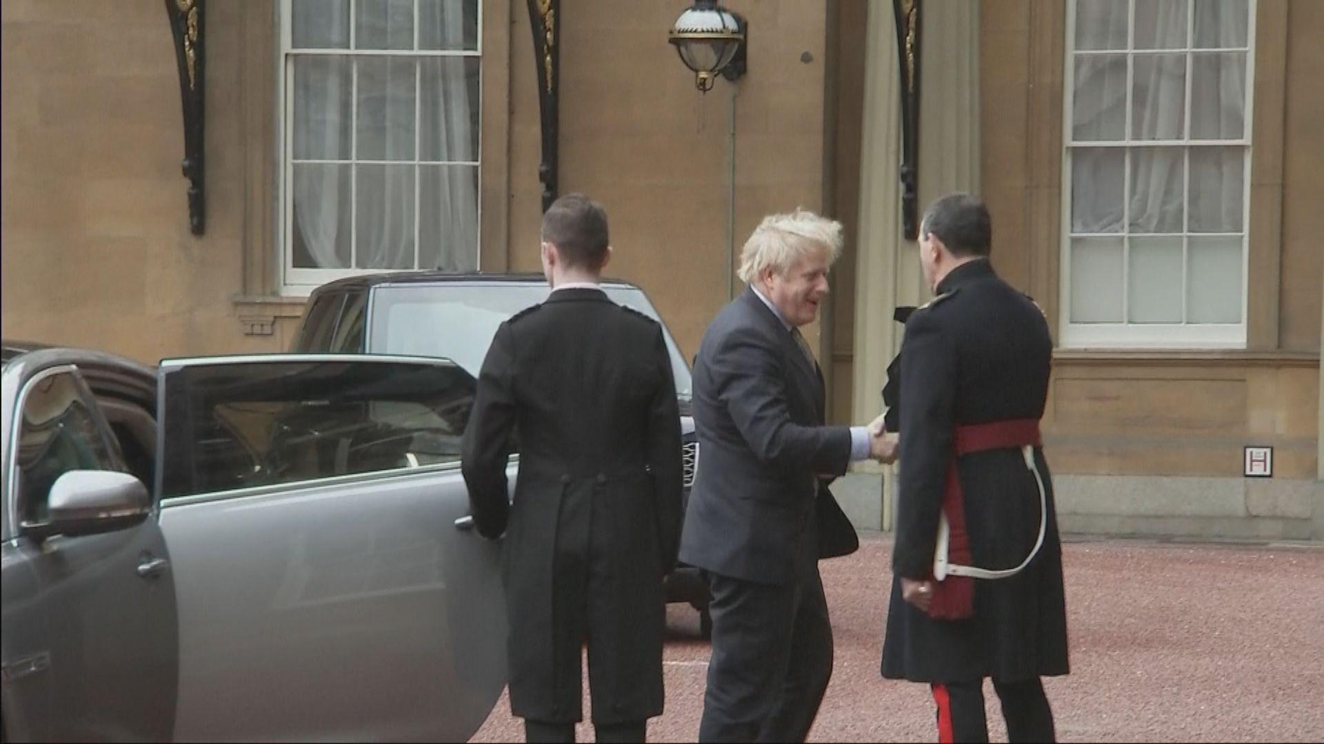 約翰遜前往白金漢宮覲見英女王