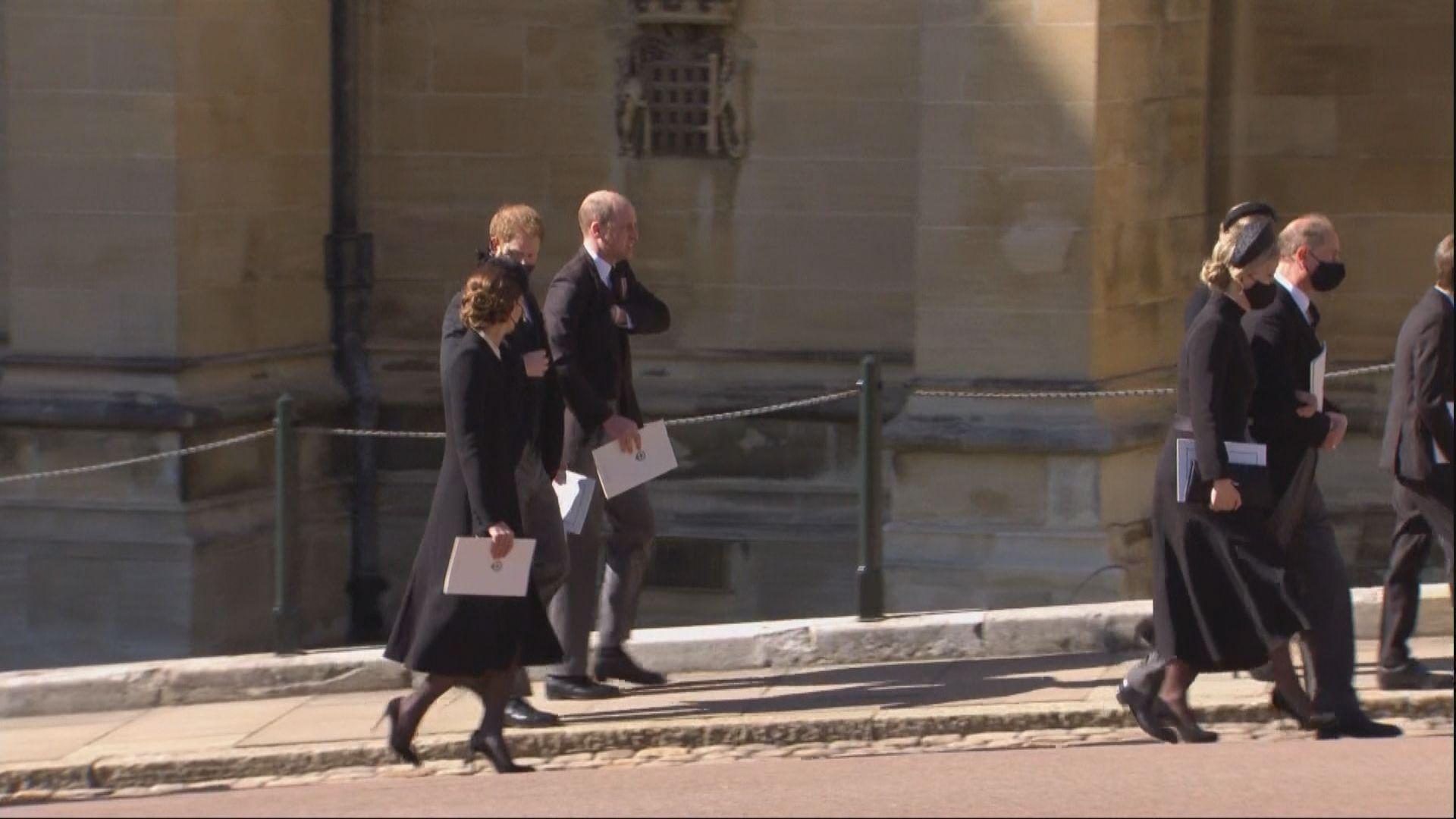 威廉夫婦離開教堂時與哈里交談
