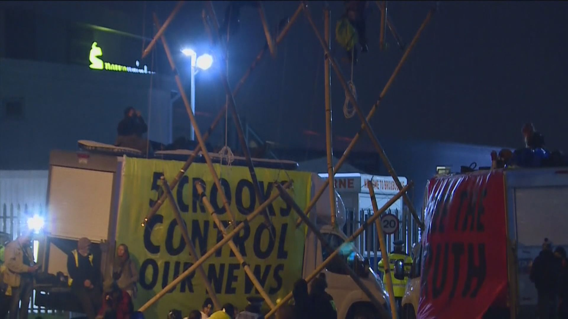 英國有環保組織示威 阻礙運送報章