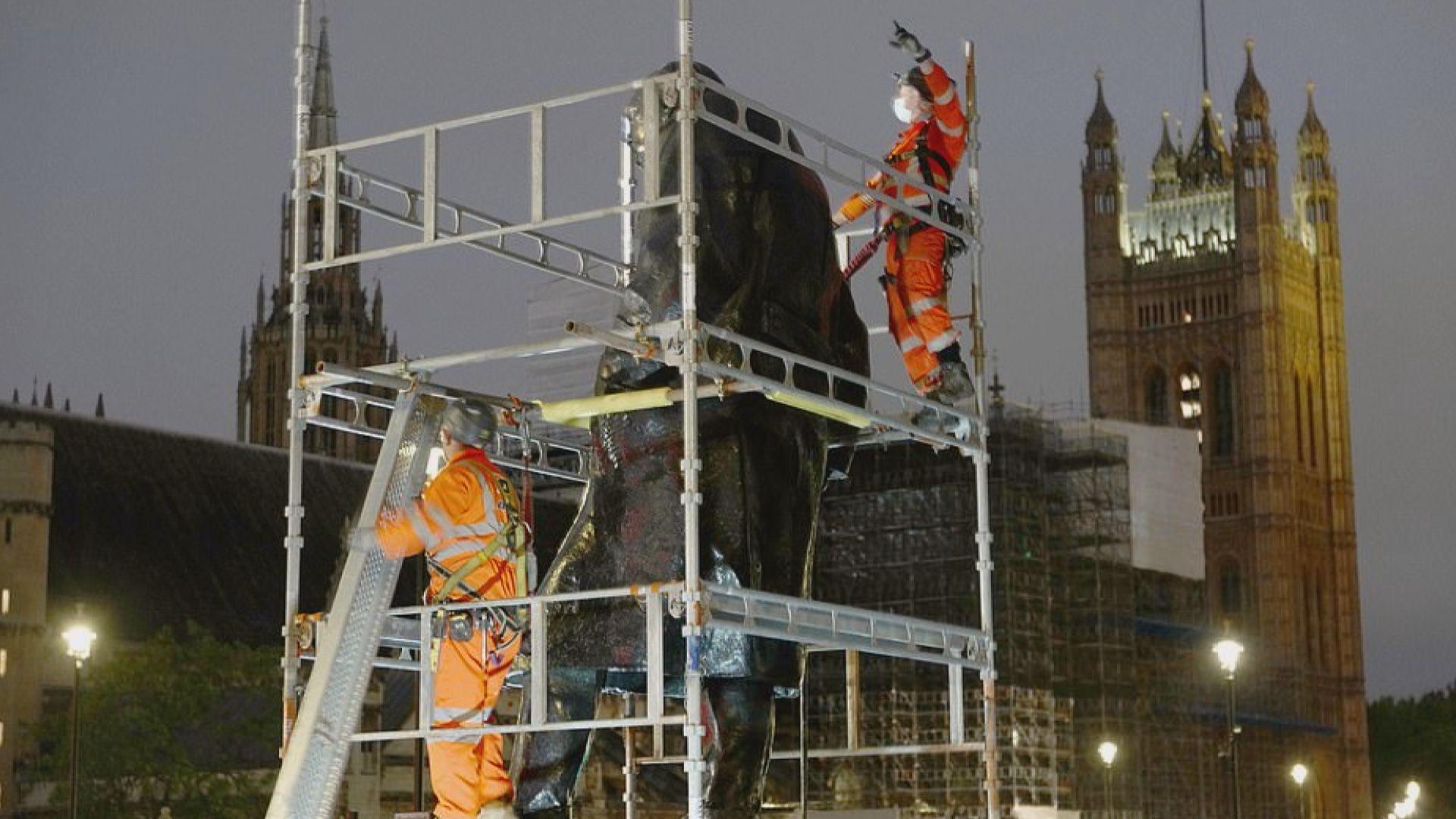 英國多個雕像架起圍板防破壞