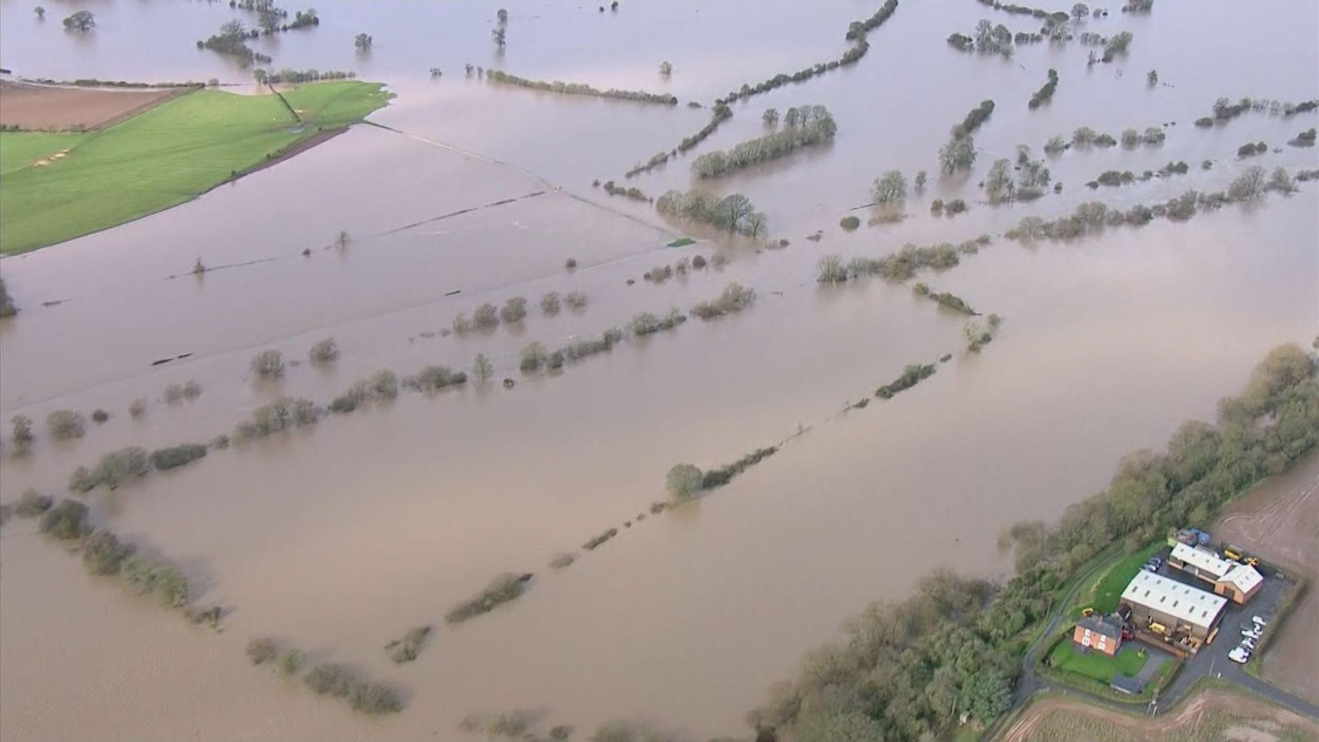 風暴丹尼斯吹襲英國 增至五人死亡