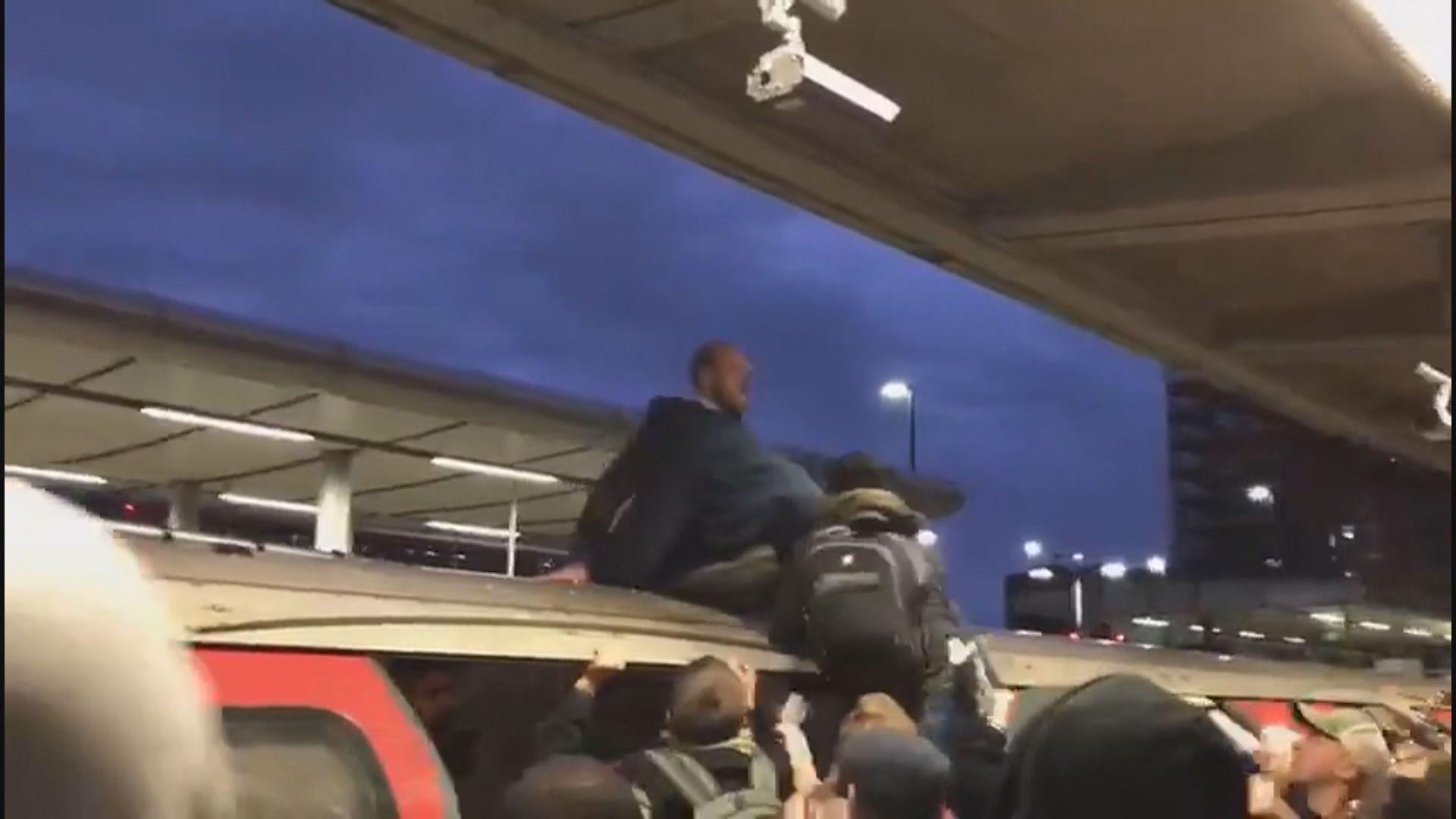 倫敦環保示威者被乘客從車頂拉下