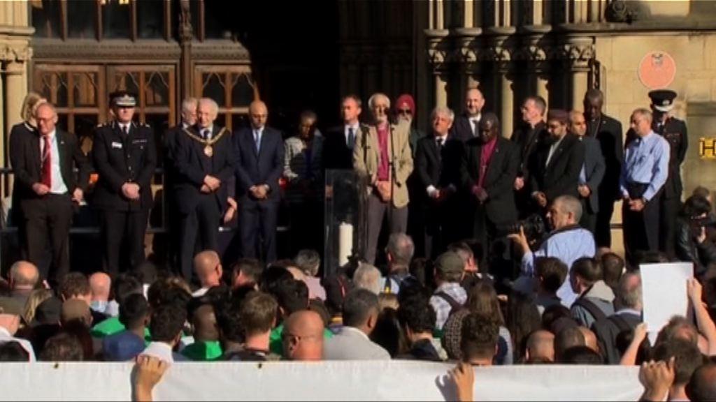 民眾集會紀念曼徹斯特市爆炸案死傷者