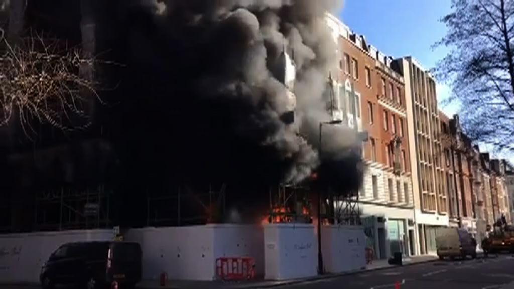倫敦中部購物區有建築物起火