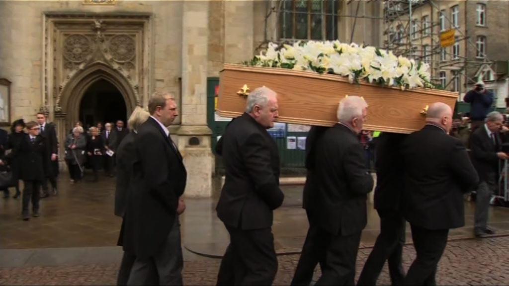 霍金葬禮於英國劍橋舉行 大批民眾等候送別