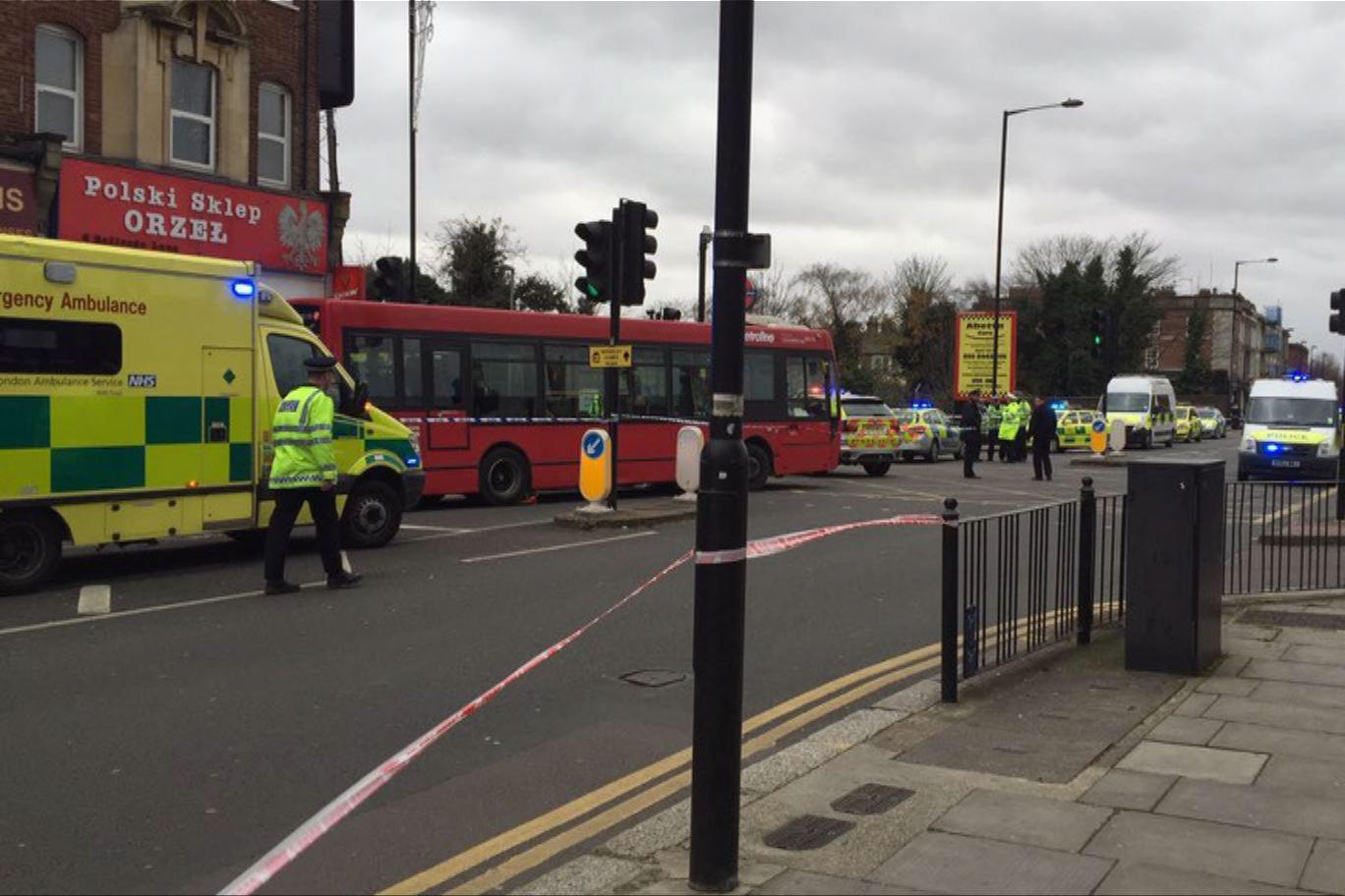 英國一名長者被強風吹向巴士身亡