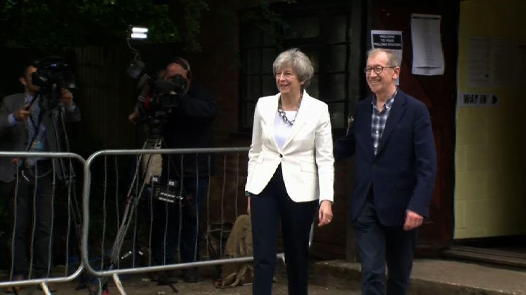 英揆文翠珊到票站投票