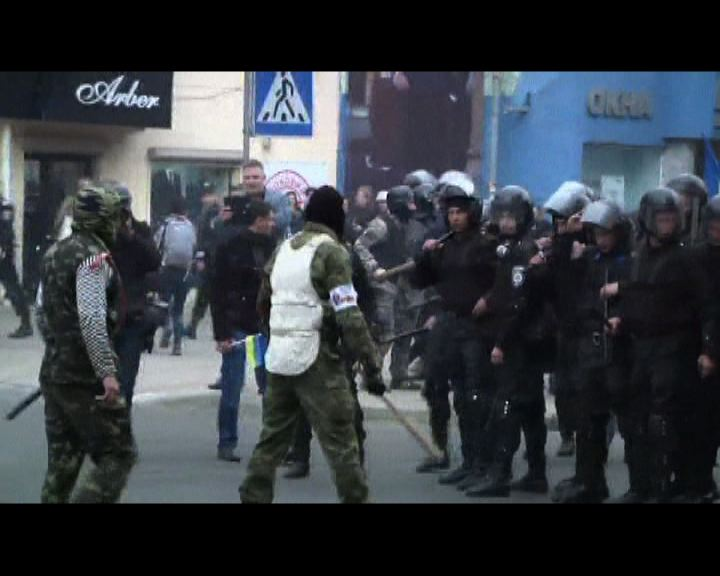 親烏遊行遭暴徒擾亂襲擊多人傷