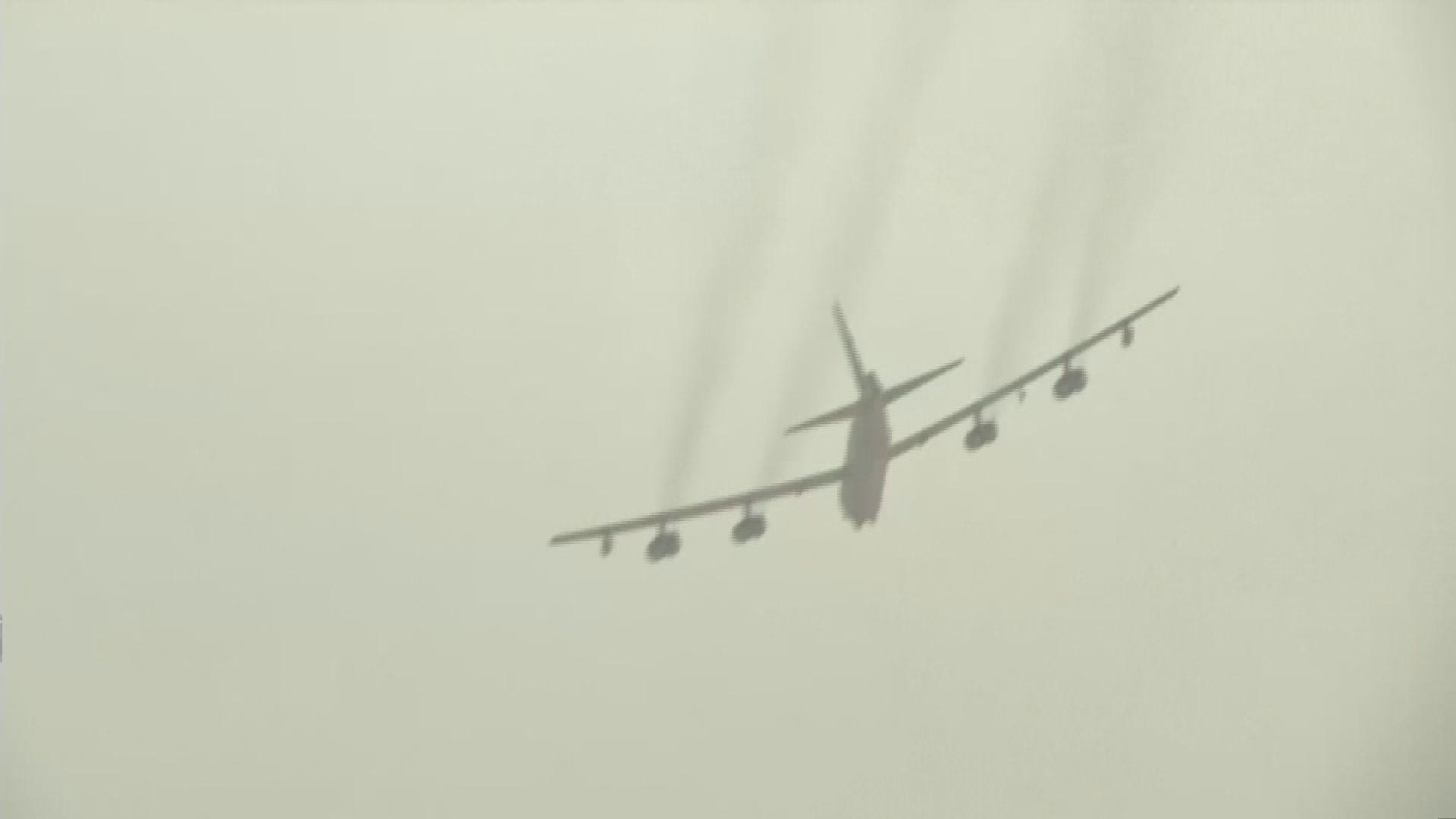 美軍兩架轟炸機飛越南海空域