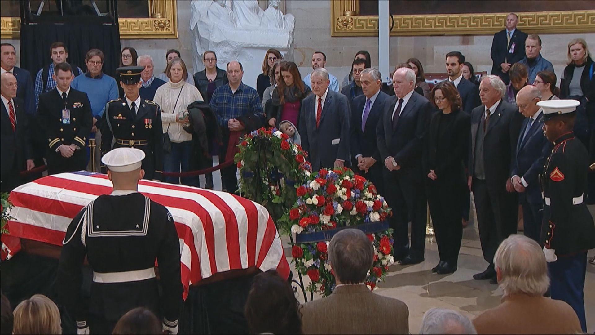 大批美國民眾瞻仰老布殊靈柩