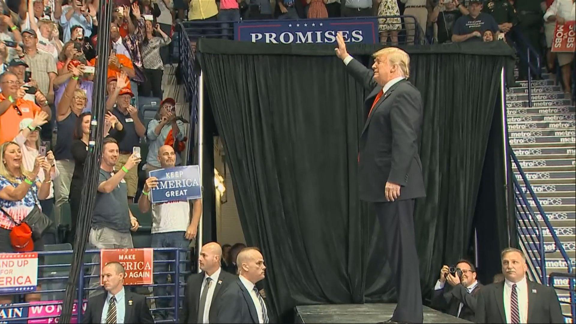 特朗普穿梭八州拉票聚焦移民爭議