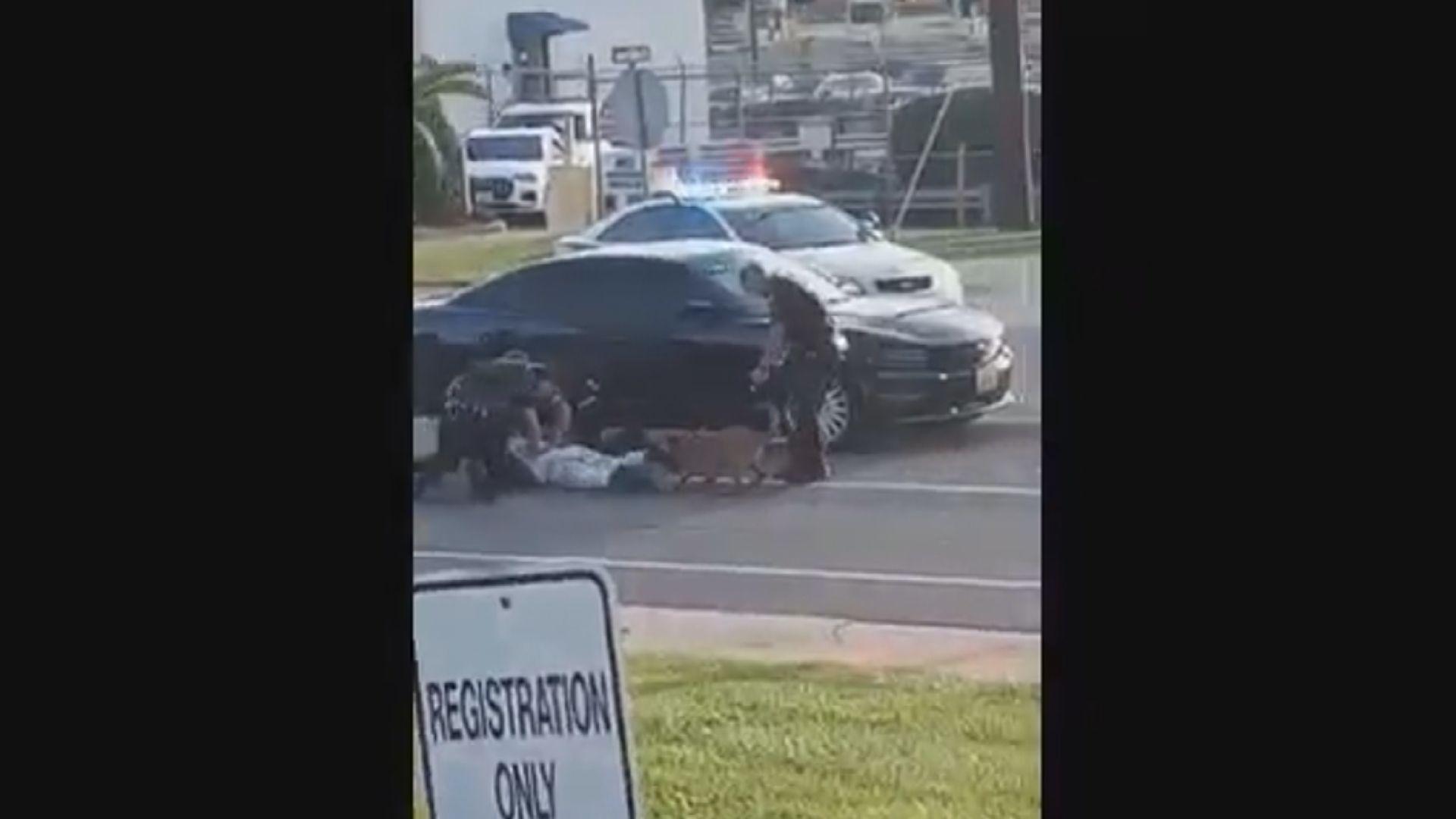 美密蘇里州警員疑放任警犬咬黑人疑犯
