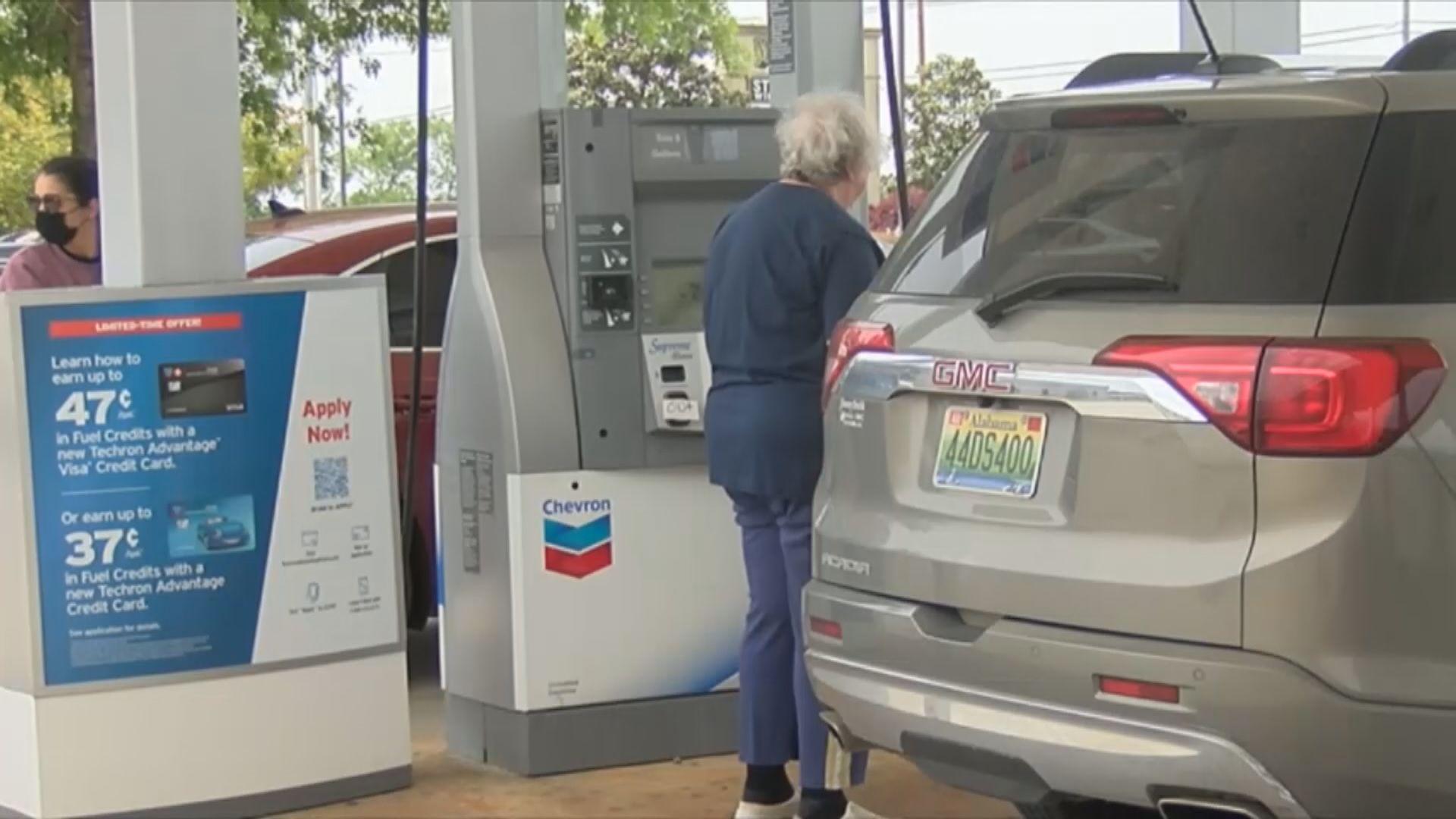 美國續有民眾到油站排隊加油