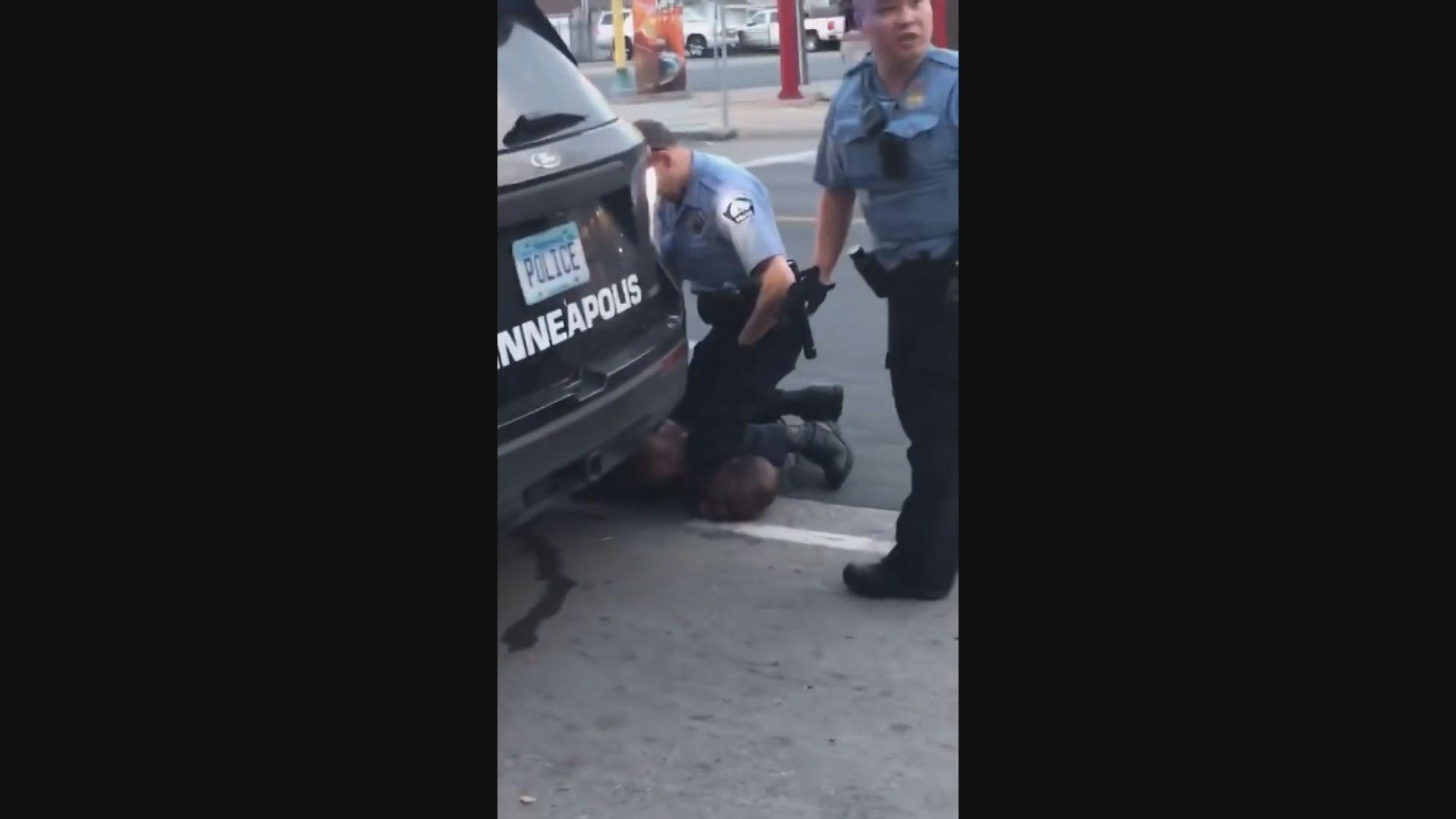 美國黑人遭警膝蓋壓頸送院後死亡 市長致歉四警遭革職