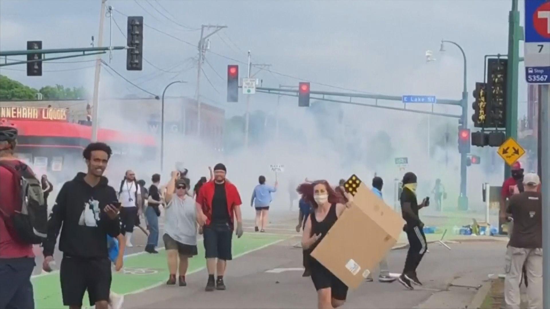 美國黑人遭警膝蓋壓頸送院後亡 當地連日示威抗議警暴