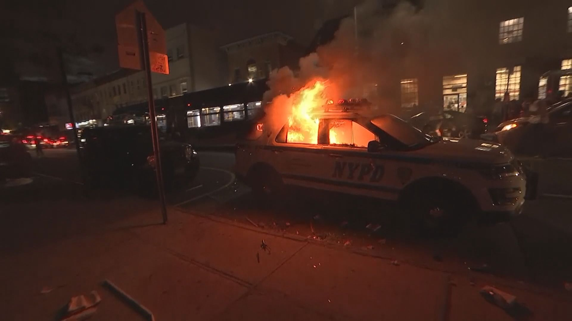紐約市示威多部警車遭縱火破壞