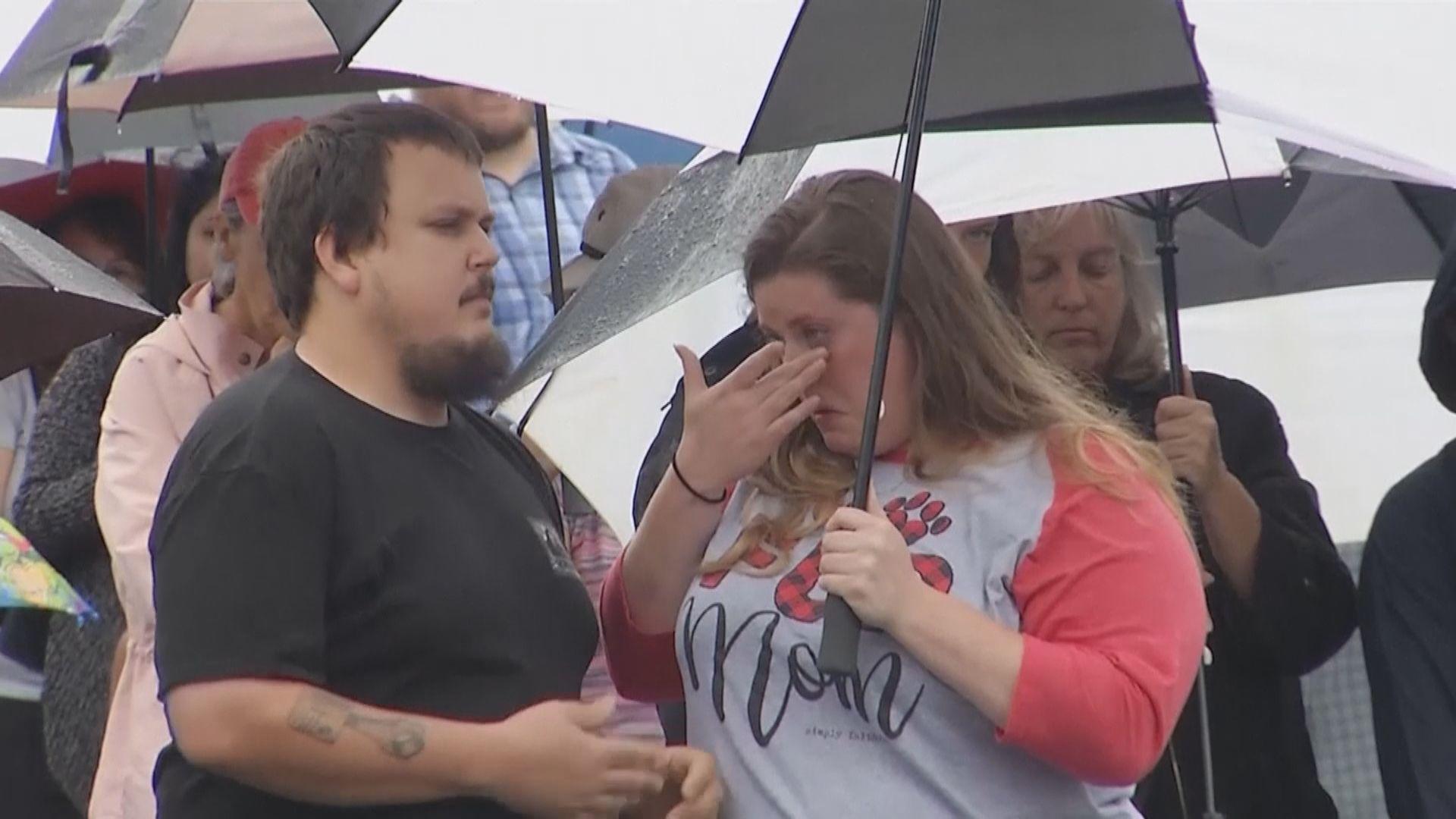 美國弗州民眾悼念市政中心槍擊案遇難者