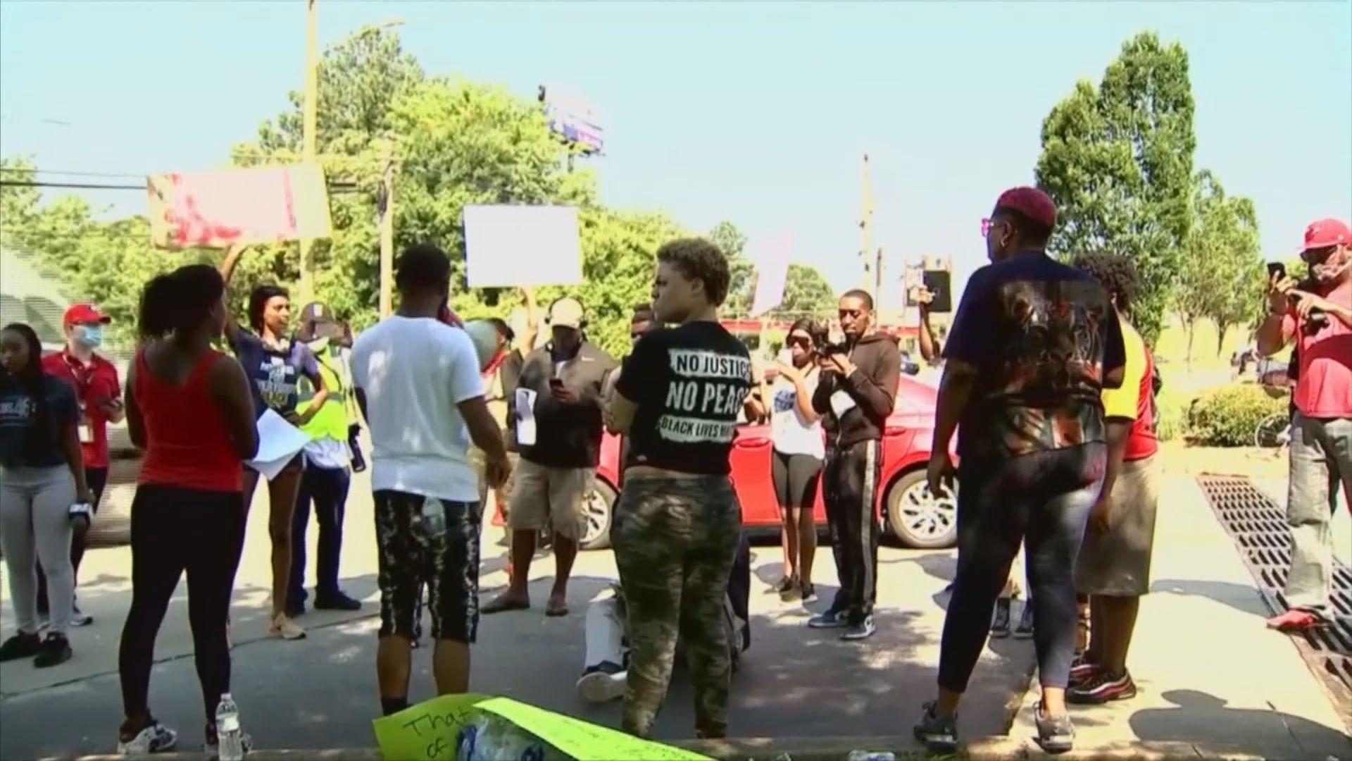 亞特蘭大警員開槍擊斃拒捕黑人男子觸發示威