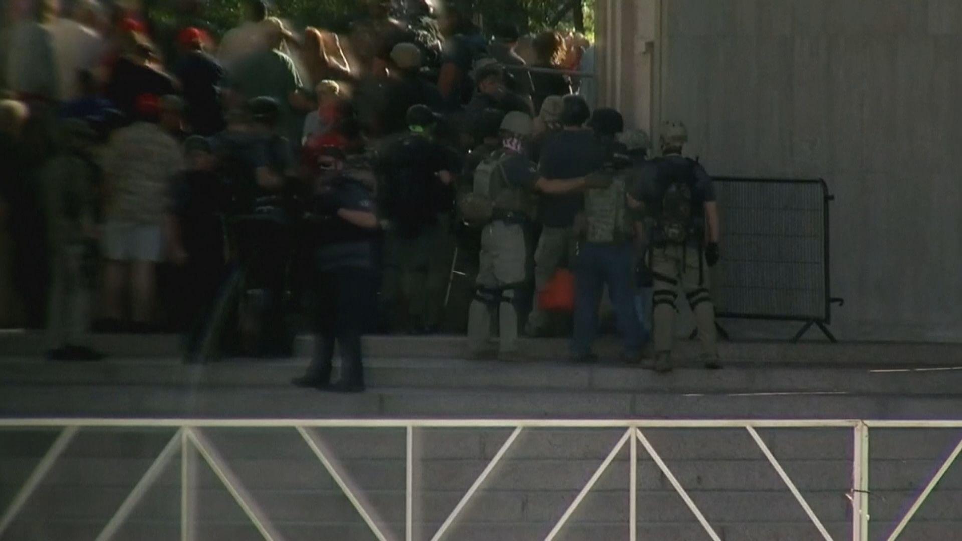 美國丹佛市左右翼示威 一人中槍身亡