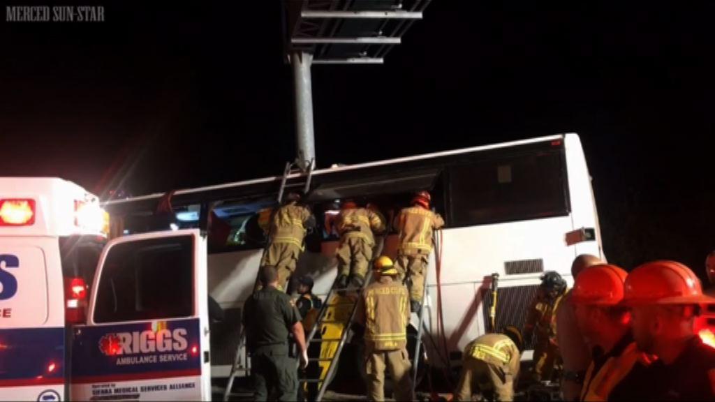 加州巴士失控撞廣告牌釀五死