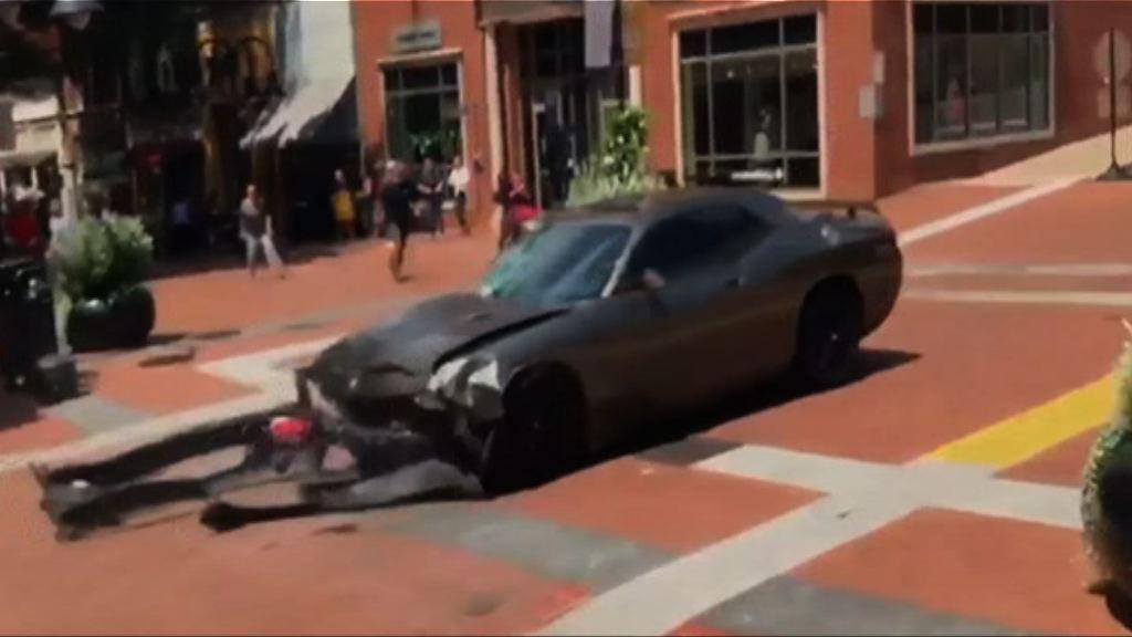 美右翼集會爆衝突 有汽車撞向人群