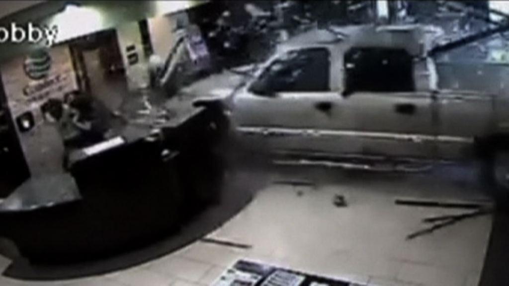 美國男子駕車衝進酒店被捕