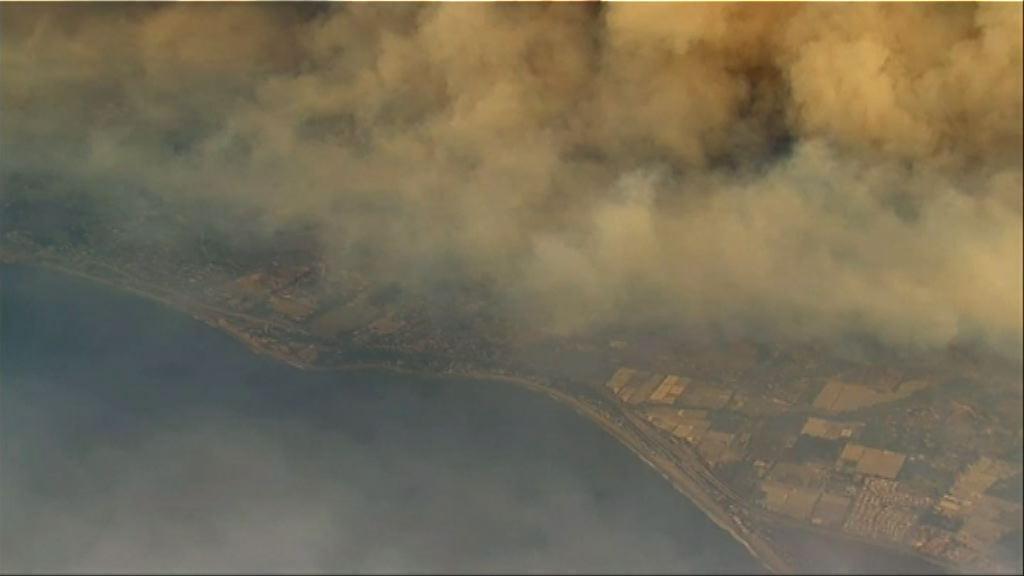 南加州山火蔓延至沿海城鎮