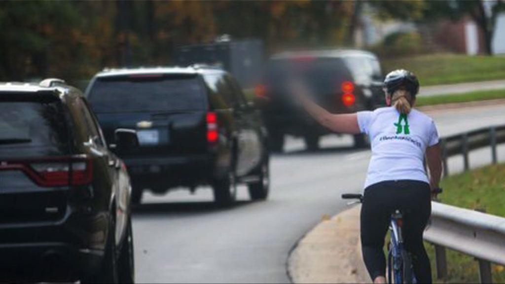 女子疑向特朗普車隊舉中指被公司辭退