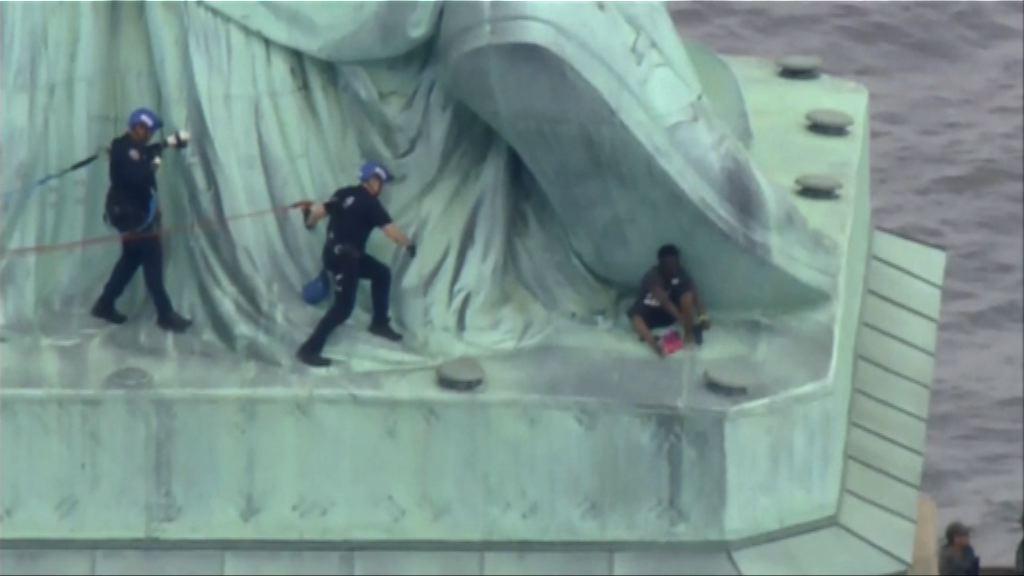 美國有人爬上自由神像抗議移民政策