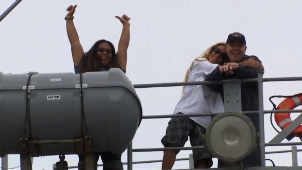 美軍載兩名遇險漂流女子抵沖繩