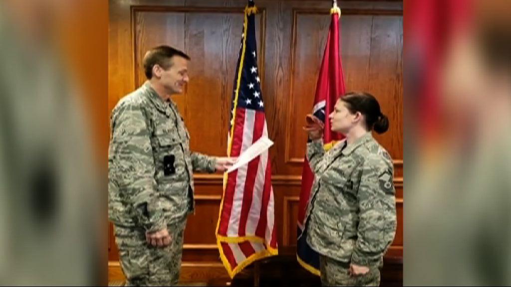 美國女兵戴手偶宣誓遭革職