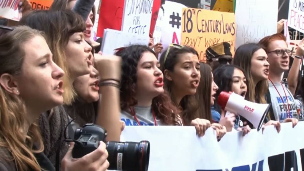 學生促將反對控槍議員逐出國會