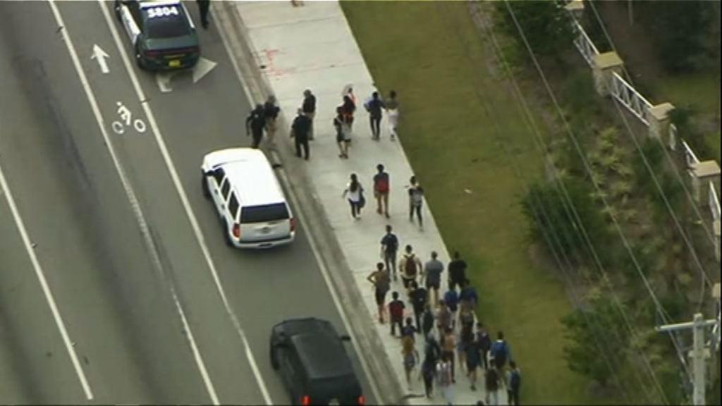 佛州槍擊案 高中學生集會促收緊槍械管制