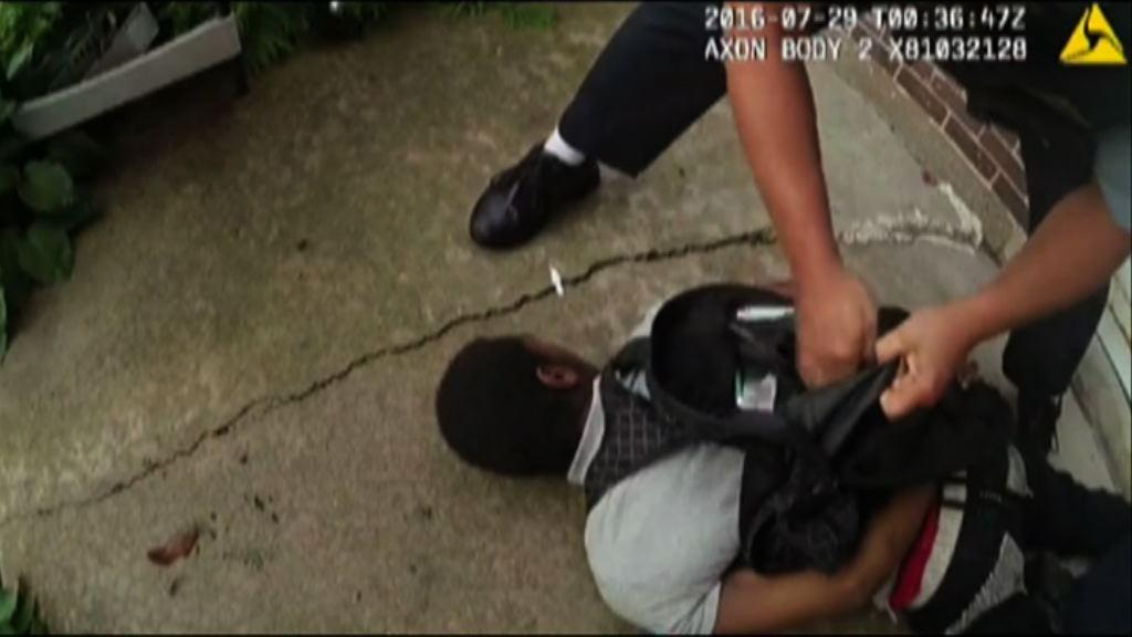 美國黑人青年遭擊斃 涉事警員停職