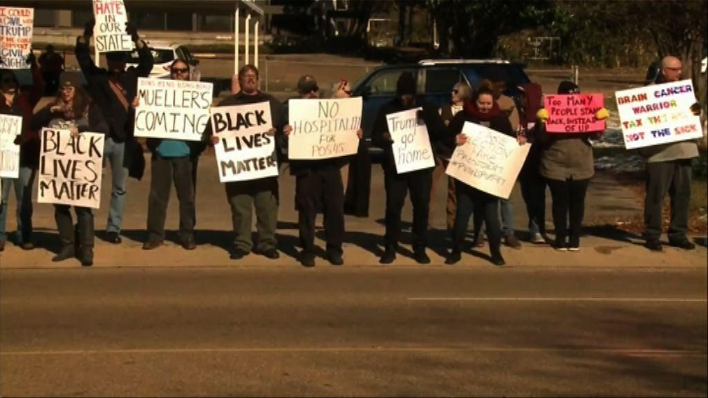 示威者抗議特朗普出席民權博物館開幕活動